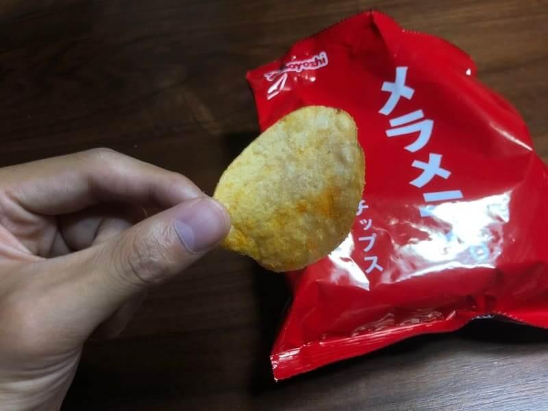 ポテトチップス「メラメラ」を食べるところ