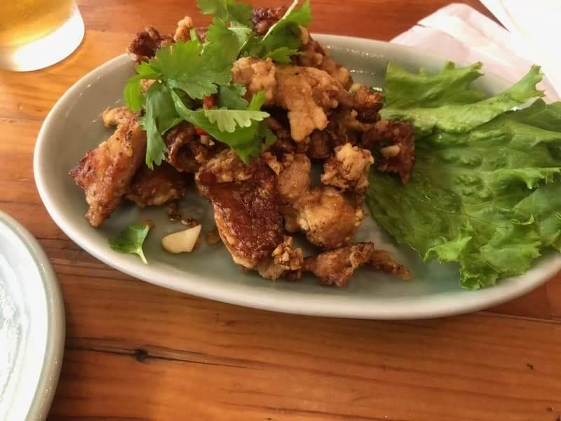 タイストリートフードの鶏肉の黒コショウニンニク炒め